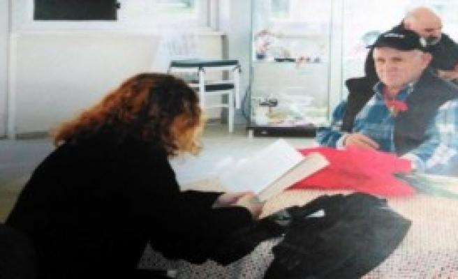 Liseli Kız, Huzurevinde Kitap Okudu