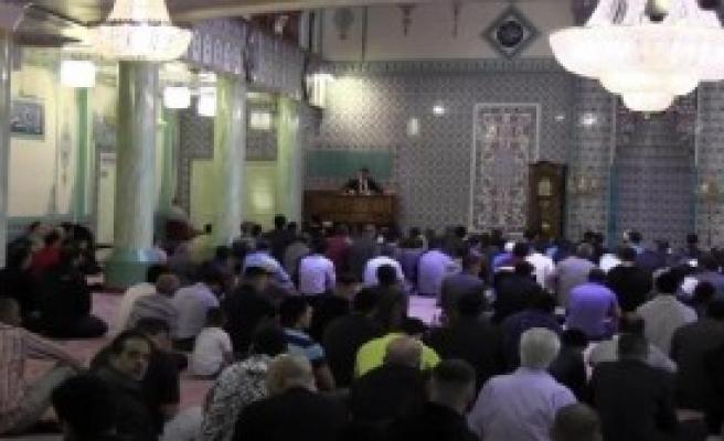 Londra'da Müslümanlar Camilere Akın Etti