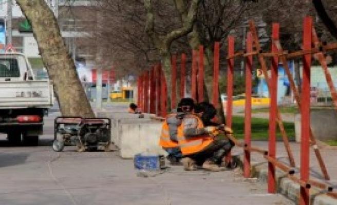 Maçka Parkı'nın Bir Bölümü Daha Bariyerlerle Kapatılıyor; Ağaçlar İşaretleniyor