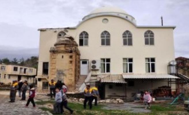Hortum Cami Minaresini Yıktı