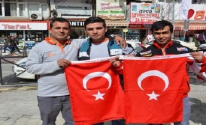 Manisalı Şehit İçin Türk Bayrağı Dağıtıldı