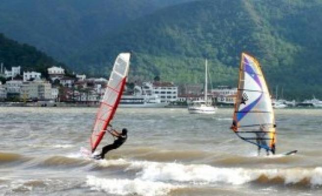 Sörf Tutkunları Rüzgarla Dans Etti