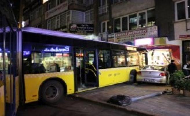 Belediye Otobüsü İşyerine Çarptı