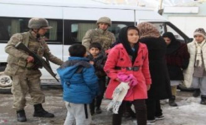 Mehmetçik, Donmak Üzere Olan Göçmenleri Kurtardı