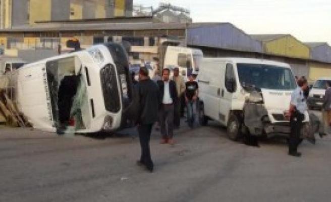 2 Minibüs Çarpıştı: 23 Yaralı