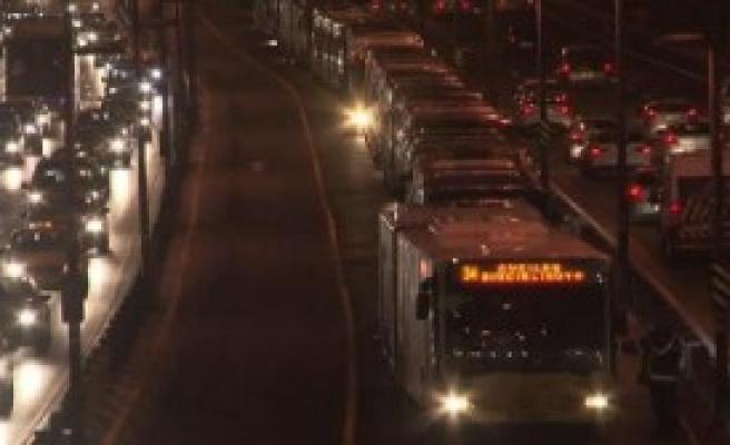 Metrobüs Arıza Yapınca Uzun Kuyruk Oluştu