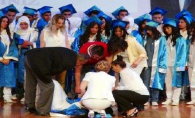 Öğrenci Sahnede Bayıldı