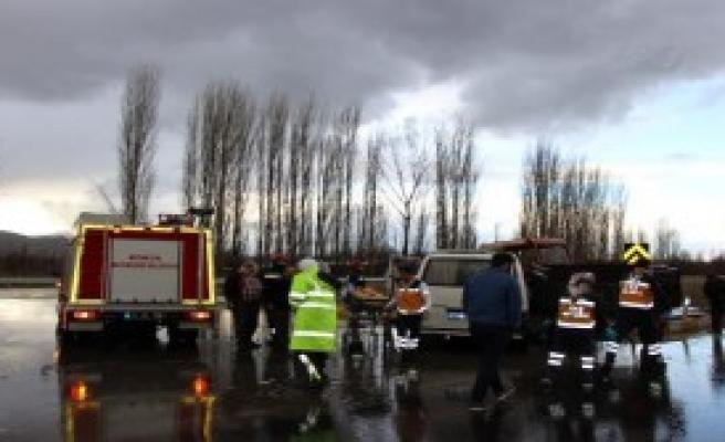 Minibüs İle Traktör Çarpıştı: 4 Yaralı