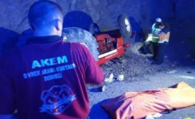 Minibüsün Çarptığı Traktördeki Sürücü Ve Eşi Öldü