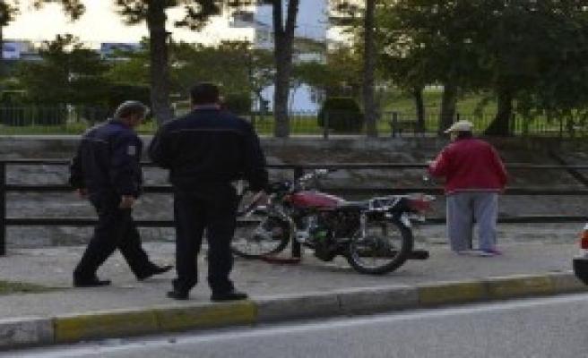 Motosiklet Bariyere Çarptı