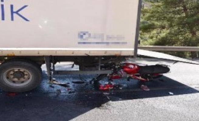 Motosiklet TIR'a Arkadan Çarptı: 1 Ölü, 1 Yaralı