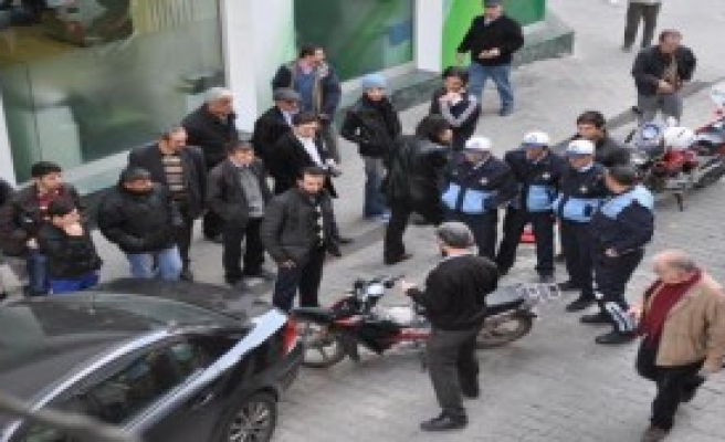 Motosikletine El Koyan Zabıtaya Saldırdı