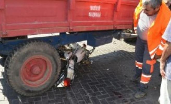 Motosikletle Polisten Kaçarken Traktöre Çarptılar: 2 Yaralı