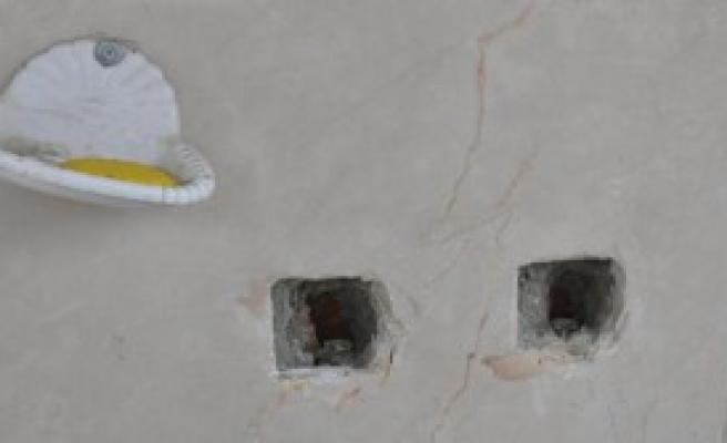Camilerin Musluklarını Kırarak Çaldı