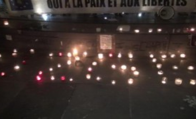 Mumlar Paris'te Özgecan İçin Yakıldı