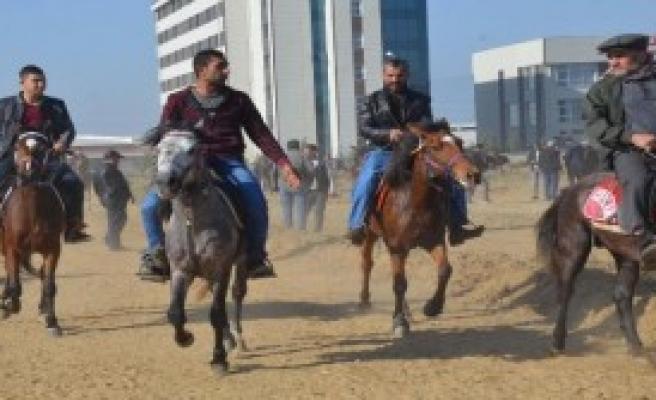 At Yarışları Heyecanı Yaşandı