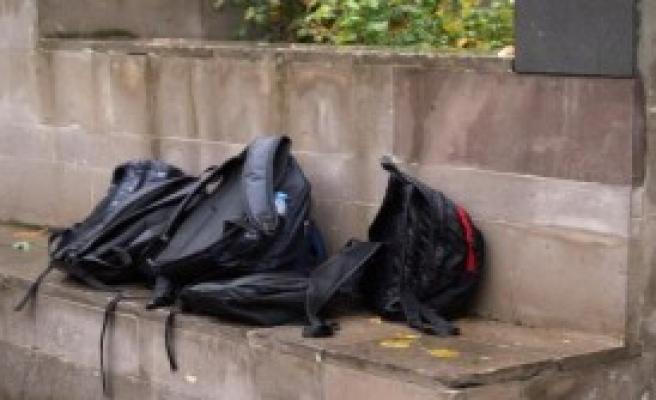 Öğrenciler Cumada, Çantalar Avluda