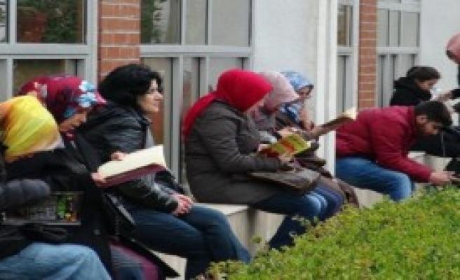 Öğrenciler Sınavda, Aileler Duada