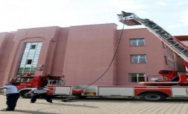 Okul Çatısında Yangın Korkuttu