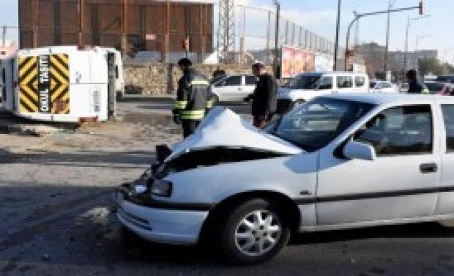 Minibüsü İle Otomobil Çarpıştı
