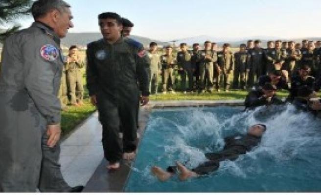 'Genç Kartalları' Havuza Attı