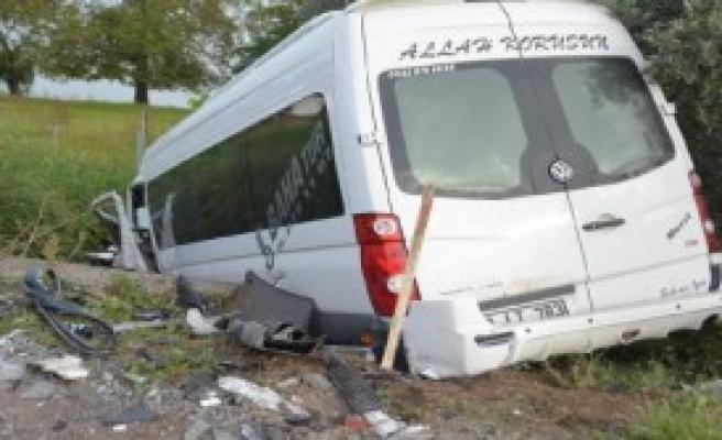 Orhangazi'de 2 Minibüs Kafa Kafaya Çarpıştı