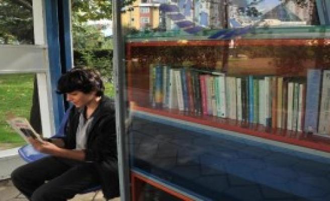 Otobüs Durağında Kütüphane