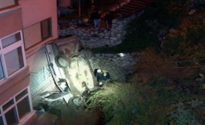 Otomobil Uçtu: 4 Yaralı
