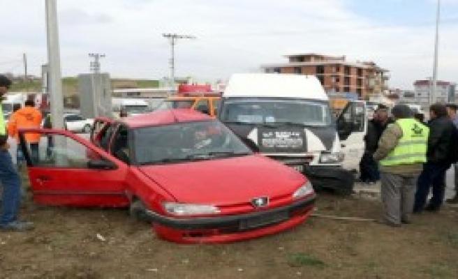 Otomobil İle Yolcu Minibüsü Çarpıştı: 7 Yaralı