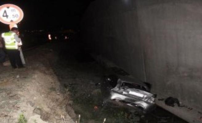 Otomobil İnşaat Çukuruna Düştü: 2 Yaralı