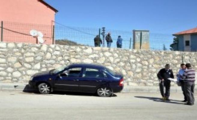 Otomobil Kaldırımdaki Yayalara Çarptı: 4 Yaralı