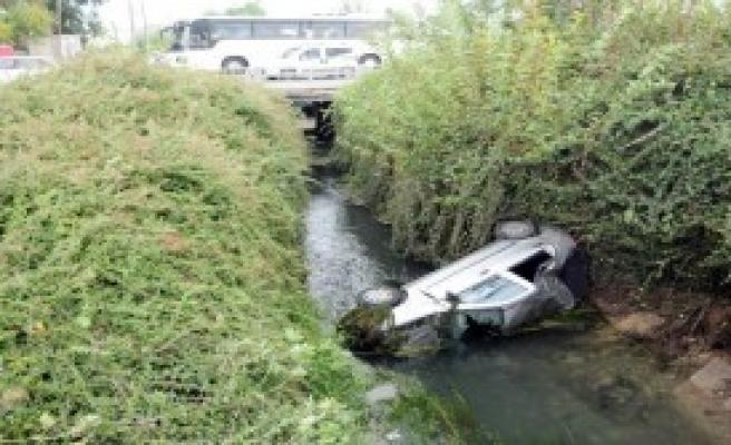 Otomobil Kanala Uçtu: 5 Yaralı