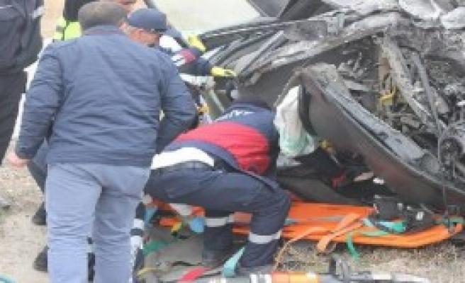 Otomobil Orta Refüje Çarptı, Sürücüsü Ağır Yaralandı