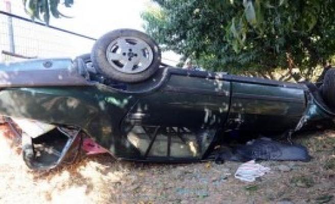Otomobil Şeftali Bahçesine Devrildi: 3 Yaralı