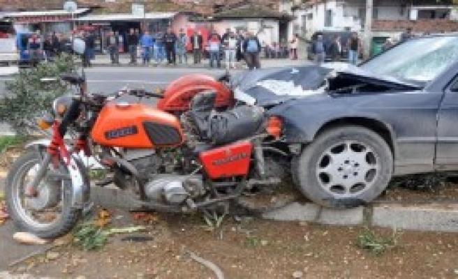 Otomobil Sepetli Motosiklete Çarptı