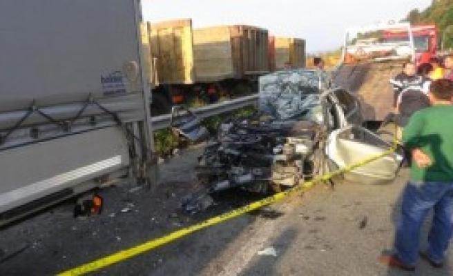 Otomobil Tır'a Çartı: 1 Ölü, 1 Yaralı