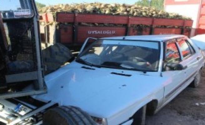 Otomobil Traktöre Çarptı: 4'ü Ağır 5 Yaralı