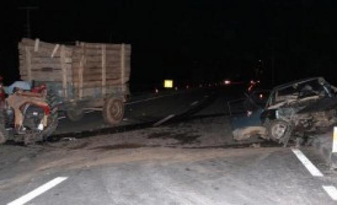 Otomobil Traktörle Çarpıştı: 1 Ölü, 2 Yaralı