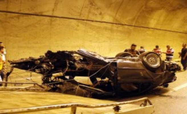 Otomobil Tünelde Bariyere Çarptı: 2 Ölü, 1 Yaralı