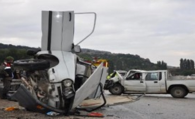 Otomobilde Sıkışan Sürücü 1 Saatte Kurtarıldı