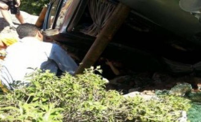 Otomobili İle Kaya Arasında Sıkışıp Yaralandı