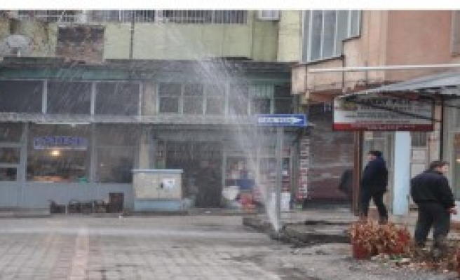 Otomobilin Patlattığı Su Borusu Zor Anlat Yaşattı