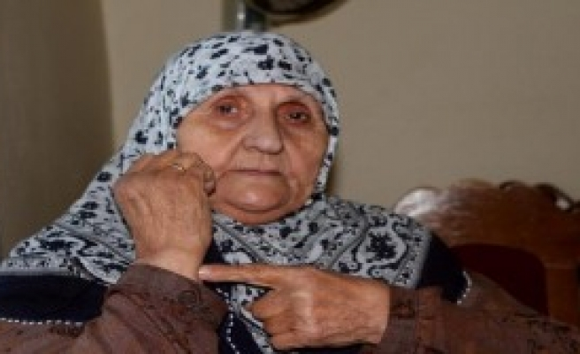 Yaşlı Kadının Kolundaki Bileziğini Çaldılar