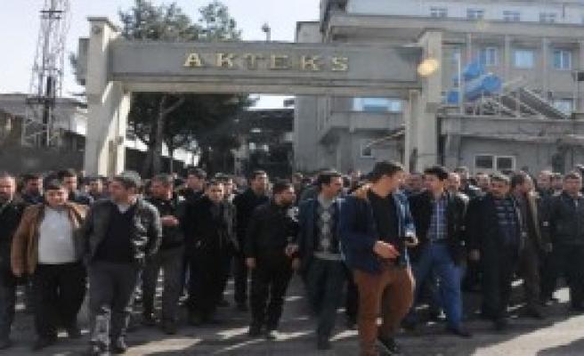 Fabrika İşçileri Yol Kapattı