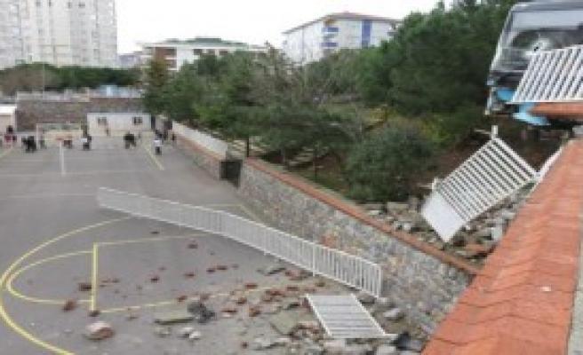 Aşağı Kayıp Okul Duvarına Çarptı