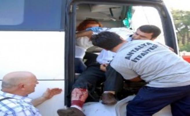 Personel Servisi TIR'la Çarpıştı: 17 Yaralı