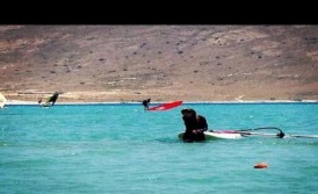 Petek Dinçöz'ün Sörf Keyfi
