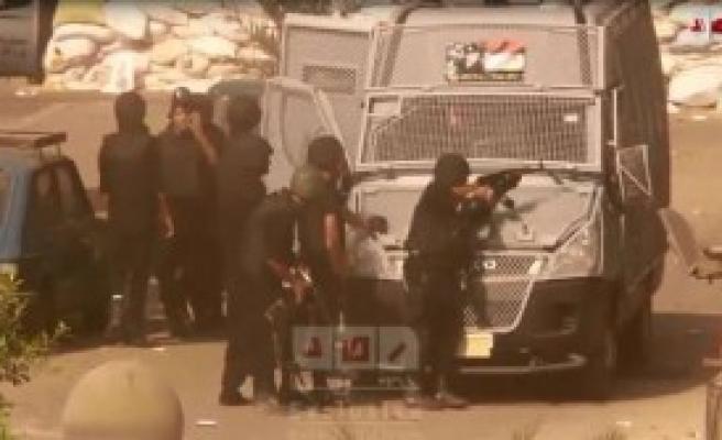 Mısır'da Polis Göstericilere Ateş Açtı