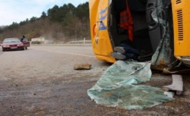 PTT'nin Kargo Minibüsü Devrildi, Sürücü Öldü