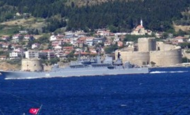 Rus Savaş Gemisi Çanakkale'den Geçti